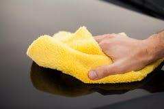 Voiture de nettoyage Équipez les prises le microfiber à disposition et des polis la voiture images stock