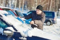 Voiture de nettoyage d'homme de neige Photographie stock