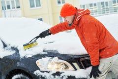 Voiture de nettoyage d'homme de neige Photographie stock libre de droits