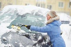 Voiture de nettoyage d'homme de neige Image libre de droits