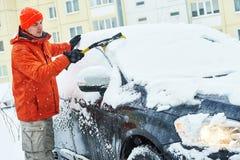 Voiture de nettoyage d'homme de neige en hiver Photographie stock
