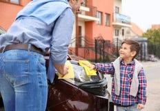 Voiture de nettoyage de père et de fils Image libre de droits