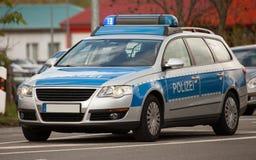 Voiture de patrouille allemande de police avec les lumières bleues de clignotant Photographie stock libre de droits