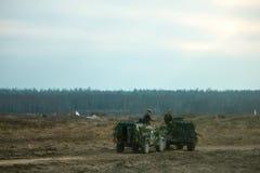 Voiture de patrouille militaire sur un champ Concept de guerre d'armée photo libre de droits