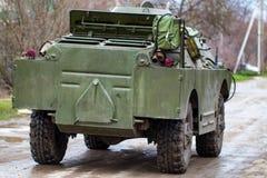 Voiture de patrouille de reconnaissance de combat BRDM-2 dans le mouvement photographie stock libre de droits