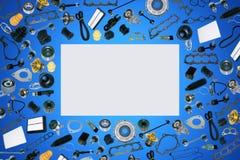 Voiture de pièces d'auto sur l'ensemble bleu de fond Image libre de droits