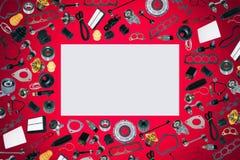 Voiture de pièces d'auto sur l'ensemble rouge de fond Images stock