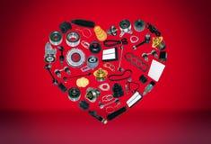 Voiture de pièces de rechange de coeur sur le fond rouge Photographie stock libre de droits