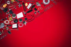 Voiture de pièces de rechange sur le fond rouge Image stock