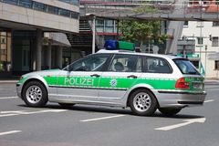 Voiture de police allemande pendant un barrage routier Image stock