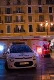 Voiture de police avec des réflexions de la lumière de Noël de soirée Images stock