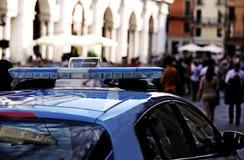 Voiture de police avec des sirènes dans la place principale de la ville EUROPÉENNE Photos stock