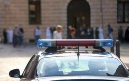 Voiture de police avec des sirènes dans la ville Image stock