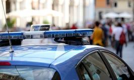 Voiture de police avec les sirènes bleues Photo stock