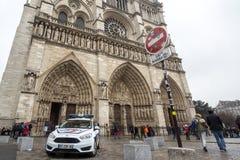 Voiture de police dans Notre avant Dame de Paris Cathedral, qui est une partie de l'opération anti-terroriste photographie stock