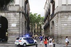 Voiture de police de Barcelone, Espagne patrouillant à la place royale Image stock