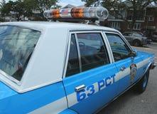 Voiture de police de NYPD Plymouth de vintage sur l'affichage Image libre de droits