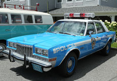 Voiture de police de NYPD Plymouth de vintage sur l'affichage Images libres de droits