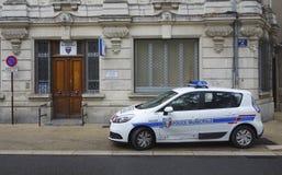 Voiture de police locale dans l'avant de l'enceinte de gendarmerie à Avignon, France Photo stock
