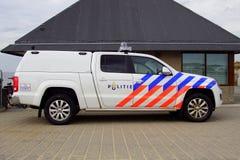 Voiture de police néerlandaise de plage Volkswagen Amarok - vue de côté Image libre de droits
