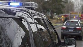 Voiture de police près d'une scène du crime (5 de 5) banque de vidéos