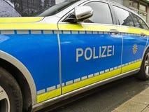 Voiture de police de stationnement dans la zone pi?tonni?re photographie stock