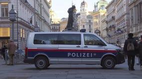 Voiture de police sur Stephansplatz à Vienne photographie stock libre de droits