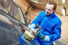 Voiture de polissage de mécanicien automobile photographie stock libre de droits