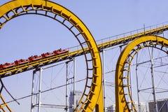 Voiture de rail et rail jaune d'anneau Photographie stock
