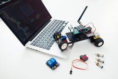 Voiture de rc de Diy avec des composants sur l'ordinateur portable image libre de droits