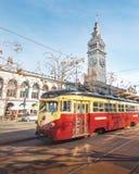 Voiture de rue ou trollley ou tram municipal devant San Francisco Ferry Building Embarcadero - à San Francisco, la Californie, Et photographie stock libre de droits
