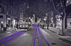 Voiture de rue de San Francisco la nuit noir et blanc avec l'accent pourpre Photos libres de droits