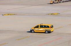 Voiture de sécurité de rampe dans l'aéroport de Zurich Images libres de droits