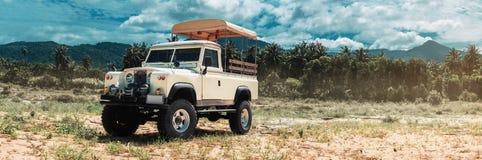 Voiture de safari sur tous terrains, traînée d'aventure Photo stock