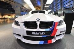 Voiture de sécurité de BMW M3 sur l'affichage au monde de BMW Image libre de droits