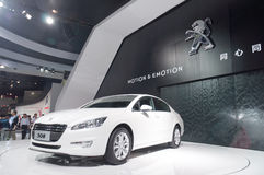 Voiture de sport blanche de Peugeot à la cabine de présentateur Images libres de droits