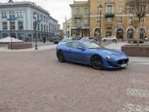 Voiture de sport bleu-clair à Vilnius Photos libres de droits