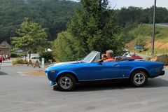 Voiture de sport classique de Fiat d'Italien tournant sur la route photo libre de droits