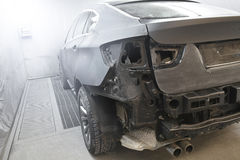 Voiture de sport de BMW X6 à la boutique de peinture Photo libre de droits