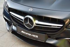 Voiture de sport noire de Mercedes-Benz AMG GT, vue de face de plan rapproché d'un emblème photographie stock
