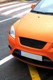 Voiture de sport orange stationnée Photo libre de droits