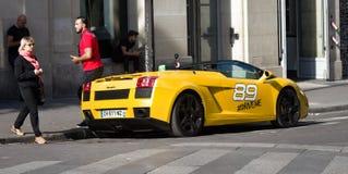 Voiture de sport ouverte sur la rue, voiture avec la tête de pliage photographie stock libre de droits