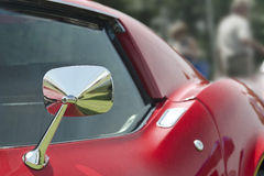 Voiture de sport rouge avec le miroir de chrome Photographie stock