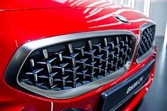 Voiture de sport rouge de BMW Z4 de gril en métal, foyer sélectif photographie stock libre de droits