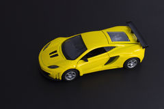 Voiture de sport superbe jaune Photo stock