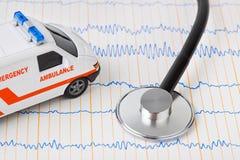 Voiture de stéthoscope et d'ambulance sur l'ecg Photographie stock libre de droits