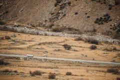Voiture de SUV sur la route de montagne en Autumn Mountains Landscape Conduisez images stock