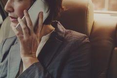 Voiture de Talking Using Phone de femme d'affaires à l'intérieur images stock