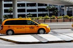 Voiture de taxi à l'aéroport Photographie stock