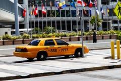 Voiture de taxi à l'aéroport Image stock
